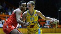 Basketbalistka USK Praha Kateřina Elhotová (vpravo) v souboji s Jasmine Hassellovou z Rivasu Madrid.