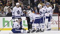 Obránce Toronta Morgan Rielly se zvedá z ledu po zásahu pukem z hokejky bostonského Zdena Cháry.