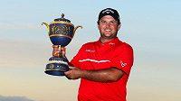 Golfista Patrick Reed s trofejí pro vítěze Cadillac Championship.