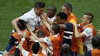 Francouzi slaví gól proti Švýcarsku, který vstřelil útočník Olivier Giroud (druhý zleva).