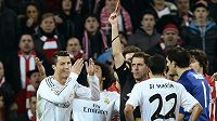 Cristiano Ronaldo se ironicky usmívá poté, co mu rozhodčí v nedělním utkání v Bilbau udělil červenou kartu.