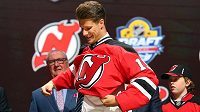 Český hokejový útočník Pavel Zacha obléká na draftu NHL dres New Jersey Devils.