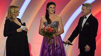 Ocenění Atlet roku 2015 získala mistryně světa v běhu na 400 metrů překážek a vítězka Diamantové ligy Zuzana Hejnová. Večer moderovali Monika Absolonová (vlevo) a Aleš Háma.