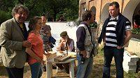 Snímek z natáčení filmu Babovřesky 3 - zleva režisér Zdeněk Troška, herci Lucie Vondráčková a Jiří Pecha, scénárista Marek Kališ a prezident Motoru Roman Turek.