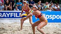 Zleva Markéta Sluková a Barbora Hermanová - mistryně republiky v plážovém volejbalu.