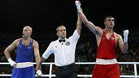 Úřadující mistr světa i Evropy Rus Jevgenij Tiščenko (vpravo) vyhrál olympijský turnaj boxerů do 91 kg. Ve finále porazil Kazacha Vasilije Levita.