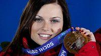 Rakouská hvězda Anna Fenningerová s olympijskou medailí za triumf v super-G na loňských ZOH v Soči.