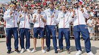 Čeští medailisté (zleva): Jan Štěrba, Daniel Havel, Martin Fuksa, Jakub Špicar, Radek Šlouf a Josef Dostál během Mistrovství světa v rychlostní kanoistice.
