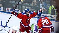 Michal Birner ještě v dresu Lva oslavuje s Michalem Řepíkem gól proti Jaroslavli.