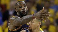 Setkání hvězd ve finále NBA aneb souboj LeBron James (vlevo) - Stephen Curry.