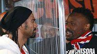 Tihle dva se nemají rádi. Boxery Davida Haye (vlevo) Derecka Chisoru raději na tiskové konferenci dělila mříž.