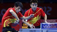 Čínské duo Čang Ťi-kche (vlevo), Wang Chao ve finále olympijské soutěže družstev