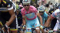Italský cyklista Vincenzo Nibali v růžovém trikotu lídra Gira d´Italia.
