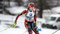 Biatlonistka Gabriela Soukalová během závodu v Östersundu.