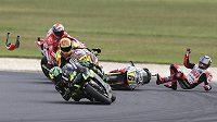 Kolize německého jezdce Stefana Bradla (vpravo) ve Velké ceně Austrálie MotoGP.