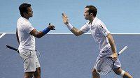 Radek Štěpánek a Leander Paes během zápasu se španělskou dvojicí Marcel Granollers a Marc Lopez.