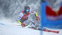 Slovinský lyžař Žan Kranjec na trati obřího slalomu v rámci Světového poháru v italské Santa Caterině.