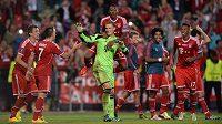 David Alaba (uprostřed za brankářem Manuelem Neuerem) na archivním snímku po výhře v Superpoháru s Chelsea v Praze.