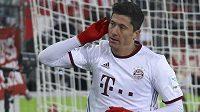 Střelec obou gólů Bayernu Robert Lewandowski si vychutnává ovace diváků.