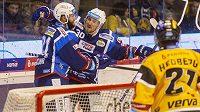 Brněnští hokejisté Tomáš Vincour a Jakub Lev se radují z gólu.