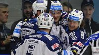 Hráči Plzně se radují z gólu.