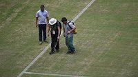 Trávník na stadiónu Arena Amazonia v Manausu byl ještě den před výkopem zápasu Anglie - Itálie v hrozném stavu. Pořadatelé dělali proto všechno možné, aby jeho kvalitu vylepšili.