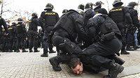 Policisté zasahují proti muži při pochodu fanoušků pražské fotbalové Sparty do Edenu na derby se Slavií.