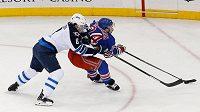 Obránce Winnipegu Jacob Trouba se snaží zastavit útočníka New Yorku Rangers Ryana Callahana.