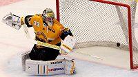 Brankář Litvínova Pavel Francouz vyráží střelu jednoho z třineckých hokejistů.