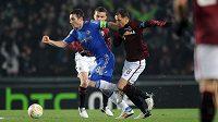 Frank Lampard z Chelsea (vlevo) uniká Marku Matějovskému ze Sparty.