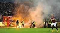 Výtržnosti v sektoru fanoušků Sparty způsobily přerušení utkání. Na snímku nastupují policejní těžkooděnci.