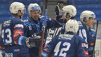 Hráči Plzně se radují z úvodního gólu v utkání s Pardubicemi.