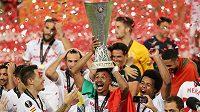 Fotbalisté Sevilly, vítězové letošního ročníku Evropské ligy, s trofejí.