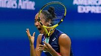 Kanaďanka Leylah Fernandezová v euforii po postupu do finále US Open.