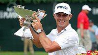Americký golfista Billy Horschel pózuje s trofejí určenou pro vítěze FedEx Cupu.