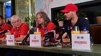 Hokejový útočník David Krejčí (vpravo) vystoupil 23. srpna 2021 v Olomouci na tiskové konferenci před nadcházející extraligovou sezonou, ve které bude hrát za HC Olomouc. Zleva generální manažer klubu Erik Fürst a trenér Jan Tomajko.