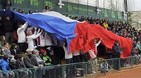 Prostějovští vlajkonoši oslavují obhájce vítězství v Davis Cupu.