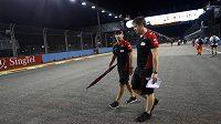 Pilot stáje formule 1 Marussia Timo Glock (vlevo) na okruhu Marina Bay v Sigapuru.