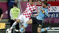 Chorvat Mario Mandžukič (vlevo) na Euru v souboji se Španělem Sergio Ramosem.