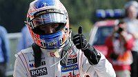 Spokojené gesto Jensona Buttona po vítězné kvalifikaci ve Spa.