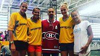 České tenistky (zleva) Karolína Plíšková, Lucie Šafářová, Petra Kvitová a Barbora Strýcová s hokejistou Tomášem Plekancem (uprostřed) před turnajem v Torontu.