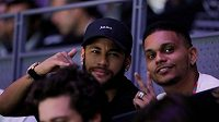 Neymar (v kšiltovce) při sledování Davis Cupu v Madridu.