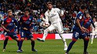 Sergio Ramos (v bílém) z Realu při utkání s Huescou.