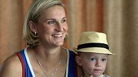 Oštěpařka Barbora Špotáková se svým synem Jankem na tiskové konferenci k atletickému Memoriálu Josefa Odložila.
