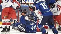 Finská radost během utkání s Českem v rámci Channel One Cupu. Na ledě slaví autor první branky Anrei Hakulinen.