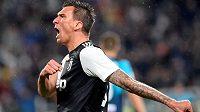 Chorvatský fotbalista Mario Mandžukič skončil v Juventusu a bude hrát za vedoucí celek katarské ligy Duhajl.