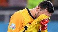 Zklamaný brankář francouzské reprezentace Hugo Lloris po vyřazení týmu v osmifinále EURO se Švýcarskem.