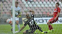 Jablonecký Lukáš Masopust dává gól proti Brnu, vpravo přihlíží domácí Milan Lutonský.