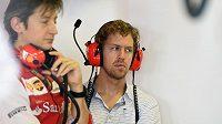Sebastian Vettel nedostal od Red Bullu svolení testovat s Ferrari a dění na trati v Abú Zabí sledoval jen z garáže.