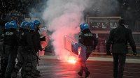 Policie v Římě byla v plné pohotovosti. Fanoušci Frankfurtu řádili před zápasem s Laziem i během něj.